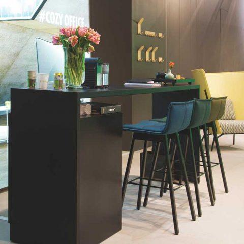 Innotuotteen kauniit baarituolit pehmeästi soljuvine värityksineen pukevat tumman baaritiskin.