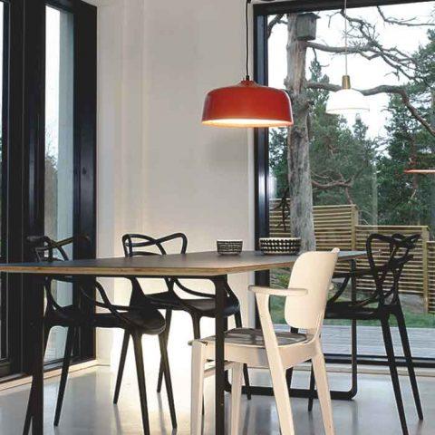 Innoluxin pirteän punainen Candeo-valaisin on hauska väripilkku eleettömässä ruokailutilassa. Candeo toimii sekä tavallisena kattovalaisimena että kirkasvalolamppuna.