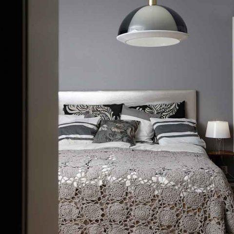 Pienen makuuhuoneen kalustus ja väriskaala on pidetty tiukkana.
