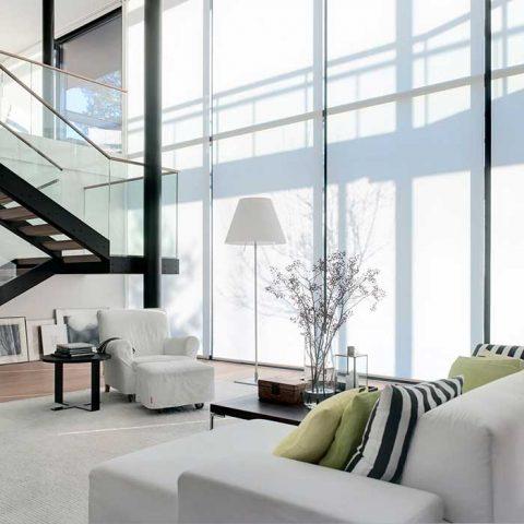 Tilassa vahvojen arkkitehtooristen elementtien, mustalla korostettujen portaiden ja pylväiden, annetaan loistaa. Sisustus on pidetty niukkana ja värittömänä. Kontrastia väritykseen tuovat ainoastaan vahvan väriset sohvatyynyt.