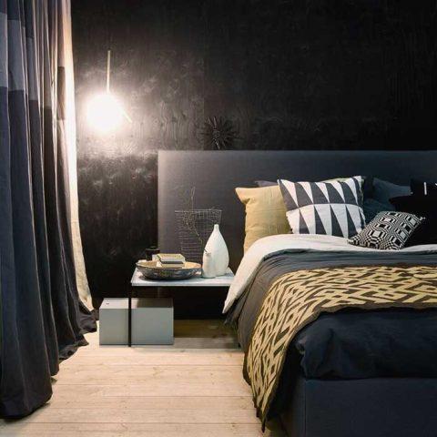 Dramaattinen makuuhuone on rakennettu mustan Woodnotesin sänkyrungon ja sängynpäädyn ympärille.