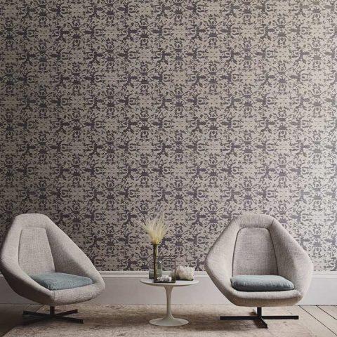 Sävymaailma on pidetty hillittynä ja lattia-ja kalustevalinnoilla on haluttu tuoda esille tapettiseinän elävyyttä. Extrakorkeat lattialistat saavat tilan tuntumaan entistä korkeammalta. Kalusteiden muoto ja väritys antavat seinän loistaa. Antiikkikäsitelty matto on sävytetty lämpimään suuntaan kontrastina korkeiden listojen ja istuintyynyjen siniharmaalle. Tilassa on levollinen tunnelma.