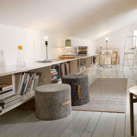 Matala seinä on hyödynnetty säilytystilana. Kuva Design House Stockholm.