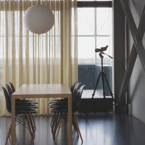 Tässä on mietitty ratkaisu häikäisevään auringonpaisteeseen peittämättä koko näkymää. Kuva Diva Home, Abella-pellavakangas.