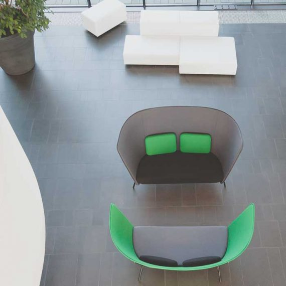 Inno-tuotteen Aura-sohvan korkea selkämys suojaa ääniltä ja katseilta.