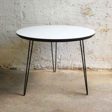 Plexus-pöytä sopii muotokieleltään lähes kaikenlaisten kalusteiden pariksi. Se toimii näppäränä nojatuolin vieruspöytänä tai sohvapöytänä keskellä lattiaa.