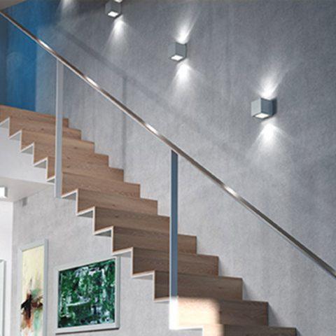 RENDL-seinävalaisimet valaisevat portaikon tehokkaasti mutta häikäisemättä. Valo pyyhkii seinää pitkin korostaen kauniisti seinän pintastruktuuria.