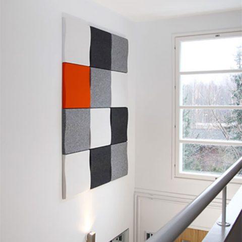Seinällä Softenin akustiikkapaneelit, jotka muodostavat reliefimäisen taulupinnan. Väritys on pidetty harmoonisena, jolloin erityisesti paneeleiden pintastruktuuri nousee esille luoden lämpöä ja mielenkiintoa tilaan.