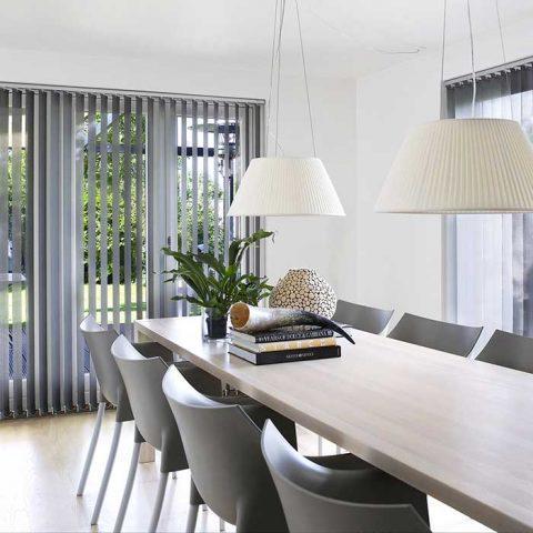 Luxaflexin pystylamellikaihdin ja Kartellin tuolit toistavat särmäväriä neukkarissa.